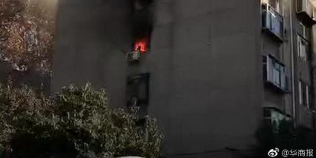 小区住宅楼突发大火 老人为逃生从六楼跳下身亡