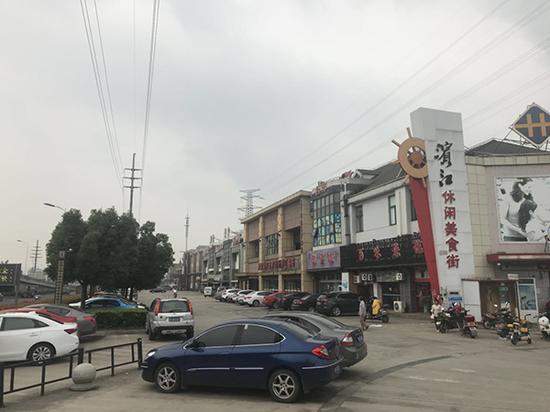 滨江休闲美食街上,多家店面处于空置状态。 澎湃新闻记者邱海鸿图