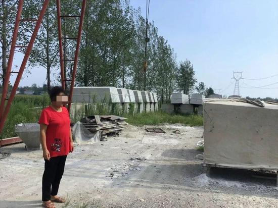 河南当地的水泥棺材铺。