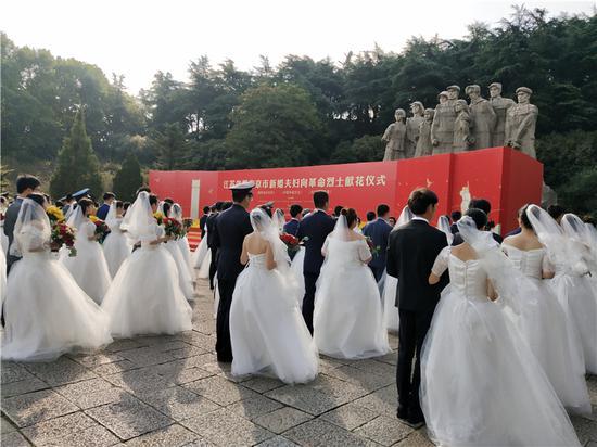 致敬英雄!江苏71对新婚夫妇向革命烈士献花