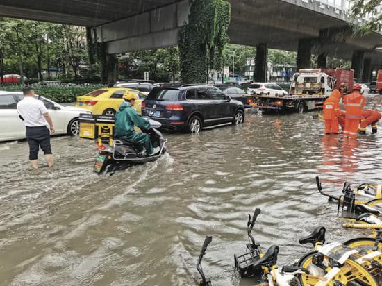 南京受暴雨影响积水严重 多部门联动排涝除险