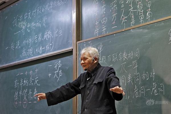 西安94岁网红教授站两小时讲课 授课现场异常火爆