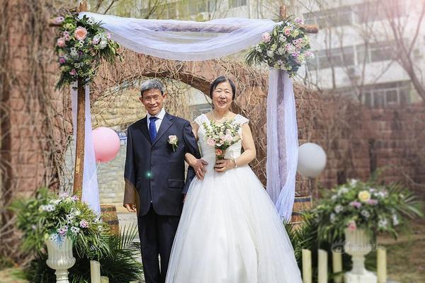 八旬留守老夫妻人生首拍婚纱照 留下幸福模样