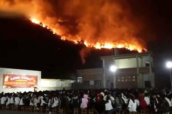 面对50米处山上大火 山下学校淡定开中考动员会