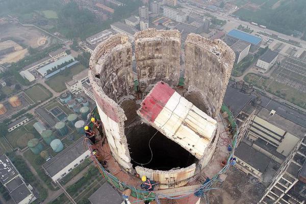 惊险!淮安数名工人在180米高空徒手拆烟囱