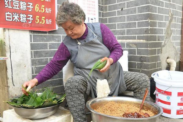 """南京八十岁""""粽子奶奶""""街头包粽子 一天能卖八百只"""