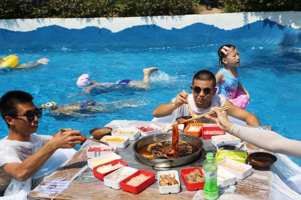 没有什么能阻挡吃火锅 重庆民众坐冰桶里吃火锅
