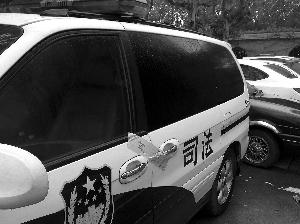 在省级机关停车场和办公楼前,一些车被贴上了封条。现代快报记者 顾炜 摄