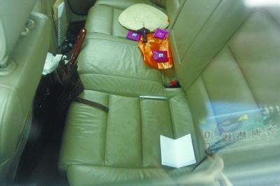 奥迪车后座位上遗留有一支钢笔和一张折叠的A4纸。记者杨涛 摄