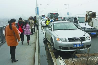 警方调查取证后将车拖走。记者杨涛 摄