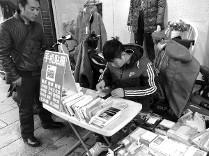 王向穆在帮顾客贴膜 现代快报记者 王晓宇 摄