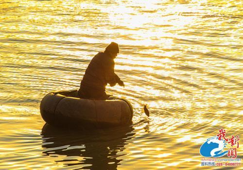 轮胎用旧男子制捕鱼成皮划艇在江中自制韩国跳伞图片