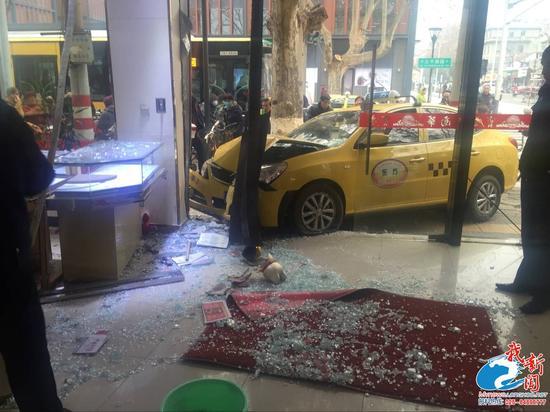 南京一出租车避让电动车后失控