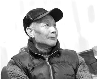 执着天文已60年的严家荣。   严家荣,1942年出生。原江苏省天文学会副秘书长、中国天文学会普及工作委员会委员、中国天文学会天文馆专业委员会委员。