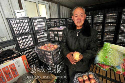 先行回家的老伴一万元被偷,这里6吨苹果滞销,李喜荣老泪纵横。