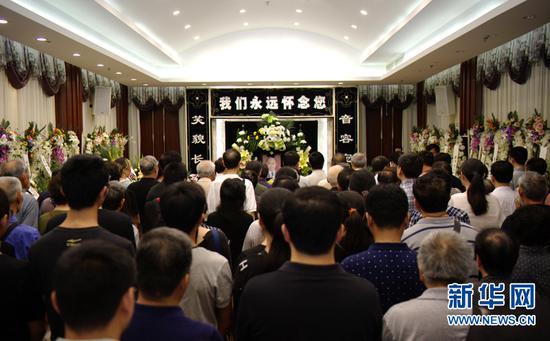 约200名天文学者、爱好者和媒体人士自发赶来送别王思潮。(新华社记者李响摄)