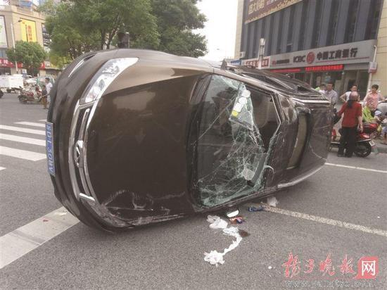 常州天宁区云青路和逸方路交叉口日前发生一起夸张的车祸:由于没有信号灯,一辆咖啡色轿车被一辆白色轿车撞成侧翻,白色轿车的车头也损毁严重。