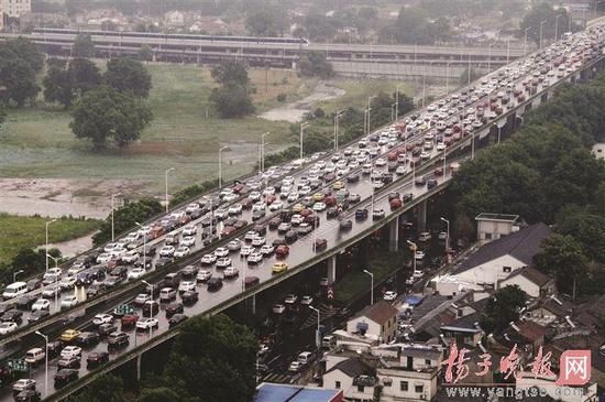 降雨导致交通拥堵