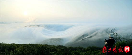 2016年6月21日,连云港市出现犹如仙境的平流雾景观,该市花果山在云雾中若隐若现。