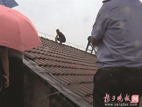 由于言语不和,男子一怒竟攀爬到6楼房顶,扬言要跳楼。
