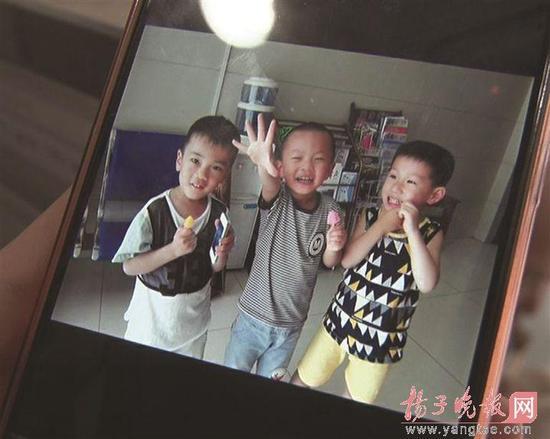 3名儿童捡苹果手机送交派出所