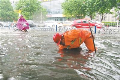 昨日,我省大部分地区遭遇集中暴雨,许多城市路段积水严重,给人们的生活造成不小影响。图为在南通、常州、无锡、南京等地拍摄的一组镜头。      张志陆 汤 毅 陈 暐 吴 俊摄