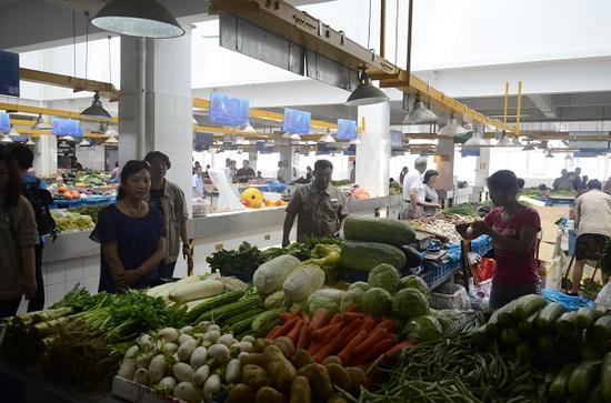 窦庄农贸市场内,各类商品有序摆放,市场环境大大改善