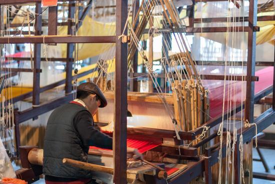 云锦博物馆织工正在织造云锦(图@偷懒的老牛)