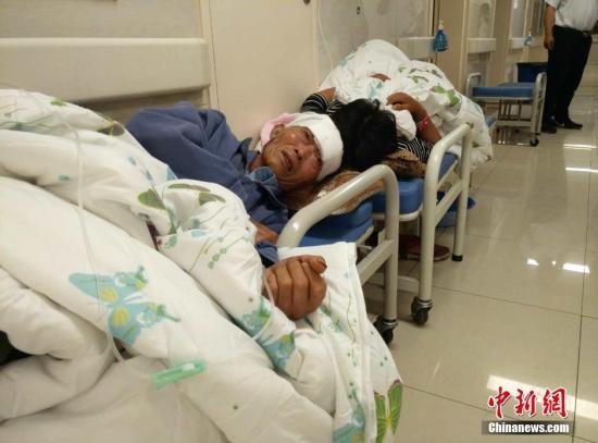 图为伤员在阜宁县各大医院接受治疗。中新网记者 谷华 摄