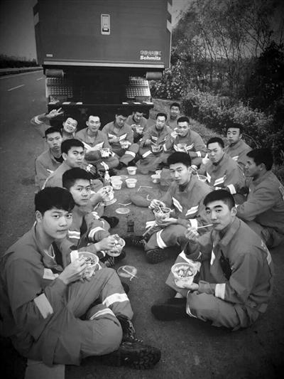 完成救援任务的消防官兵返程前最放松的一天。记者 陈彦 摄