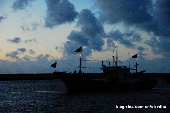 插着旗子的渔船