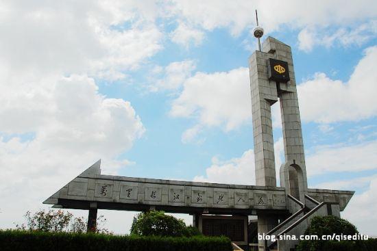 长江江堤达标工程纪念碑