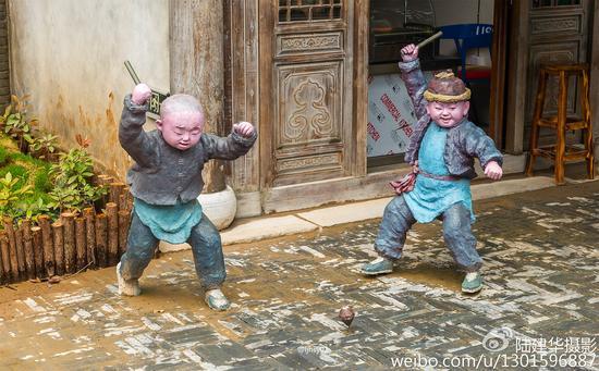 千华古村里的顽童雕塑