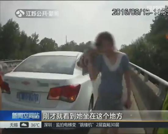 女司机不会开空调 高速上空调吹热风致中暑报警求救