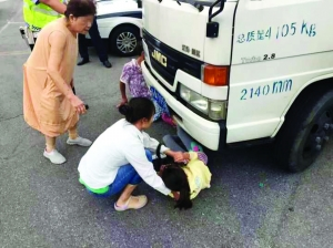 男子闯红灯拒交罚款,老婆帮腔将女儿往车底塞