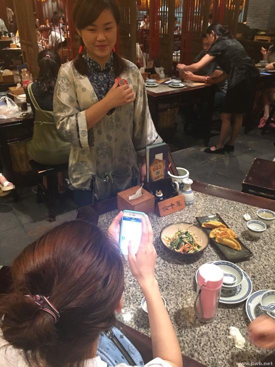 南京餐馆兴起扫码打赏服务员扫一扫给小费3情趣淘宝卖sm上图片
