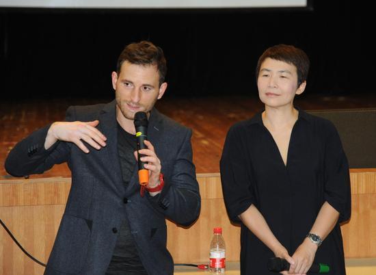 副导演Kevin Bennet向学生和媒体们介绍《威尼斯商人》