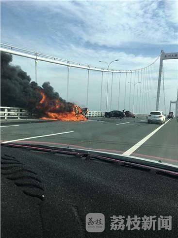 30日上午10时许,泰州长江大桥发生一起三车相撞致其中一车起火燃烧的事故。图片来源:荔枝新闻