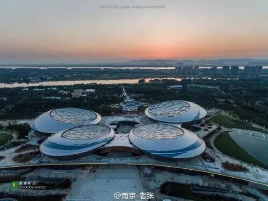 亚洲美囌͜_建成后的江苏大剧院是中国最大的现代化大剧院,是亚洲最大的剧院综合