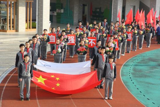 11月11日8时,育英外校全体师生,迎着煦暖的阳光,隆重举行育英外校第21届运动会。