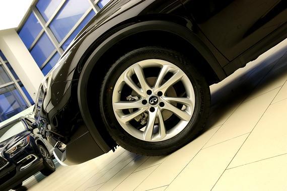 轮胎采用235/50 R18的防爆胎
