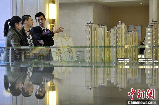 置业顾问向民众推荐商品房户型。