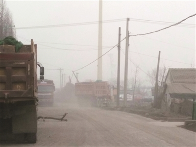 一辆辆运送沙石的车辆在道路上行驶