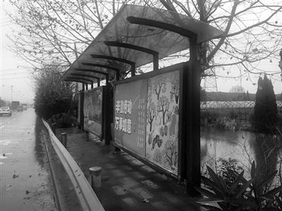 公交站被护栏挡住