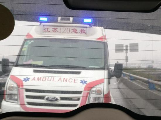 """元月6日上午,南京一辆120急救车,在急救一名重病人的路上竟无人让行,拉警报成了""""摆设"""",令人焦急。"""