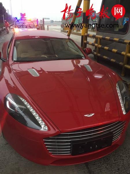 """240万购得一辆""""阿斯顿·马丁""""跑车,可车主高兴劲没过,这车就被交警扣了。"""