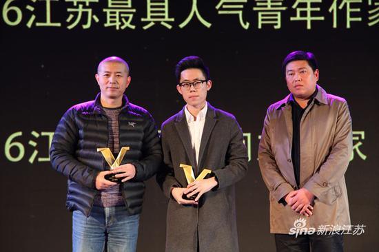 毕飞宇(左)、卢思浩(中)与句容市委宣传部常务副部长庞勇(右)合影