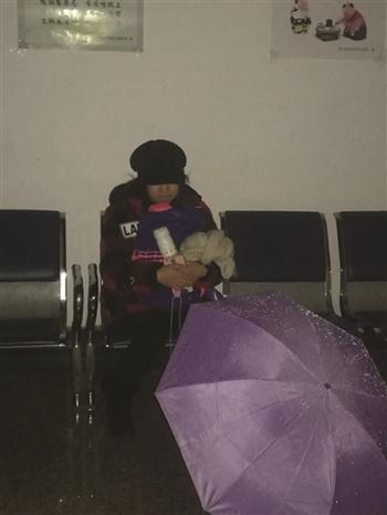 女儿独自苦等。
