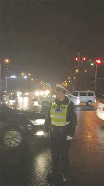 父亲雨中执勤。
