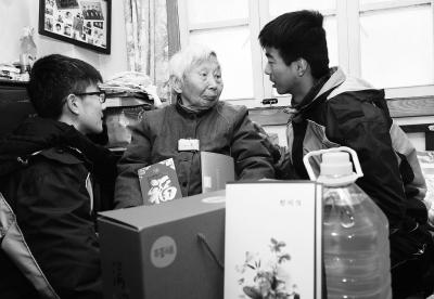 昨天,志愿者在杨翠英家中和老人交流。 本报记者 崔晓摄